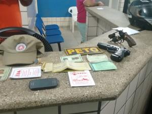 Material encontrados com os suspeitos  (Foto: Divulgação/Polícia Militar)