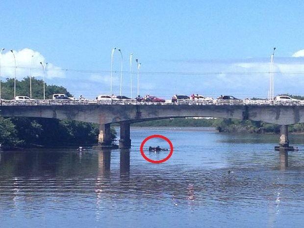 """""""Se ela tivesse caído no canal do rio, seria mais grave"""", diz bombeiro (Foto: Ferreira Filho/Facebook)"""