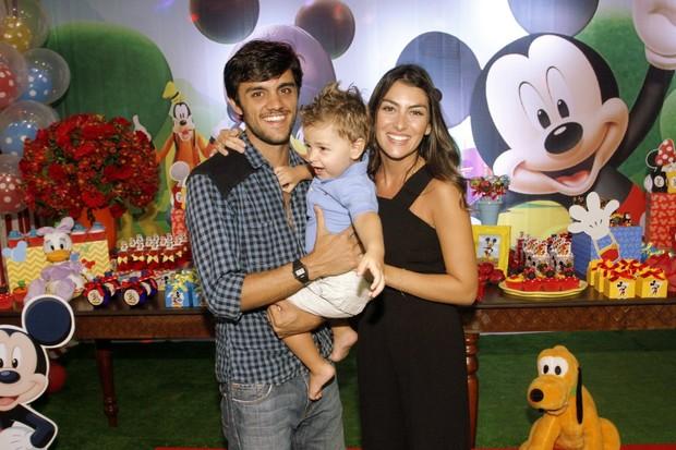 Felipe Simas e Mariana Uhlmann com o pequeno Joaquim em festa no Rio (Foto: Graça Paes/ Brazil News)