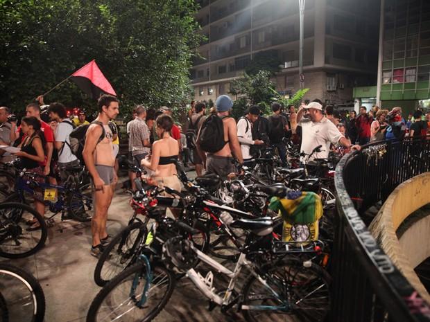 Ciclistas se preparam para participar da pedalada pelada na Avenida Paulista (Foto: Fábio Tito/G1)