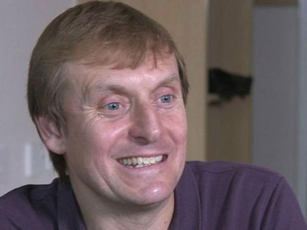 Simon Watson cobra 50 libras (R$ 300 reais) por amostras de esperma; ele diz ter decidido se tornar doador após primeiro divórcio  (Foto: BBC)