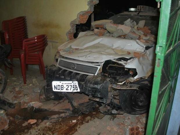 Carro ficou preso nos escombros da parede do bar (Foto: Ivon Camillo/Alerta Notícias)