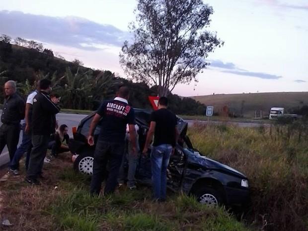 Carreta atingiu o veículo e duas pessoas morreram (Foto: SOS MG-290)