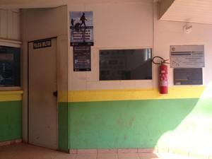 Confusão aconteceu em frente de sala da PM, em Guajará-Mirim (Foto: Júnior Freitas/ G1)