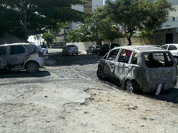 Carros são incendiados no Recife (Foto: Kety Marinho / TV Globo)