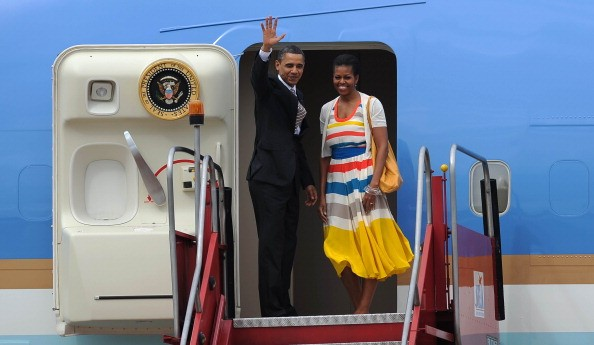 US President Barack Obama (L) and First Lady Michelle wave from Air Force One as they departure in Rio de Janeiro, Brazil, March 21, 2011 to Santiago, Chile after two days of visits in Brazil.    AFP PHOTO/VANDERLEI ALMEIDA (Photo credit should read VANDE (Foto: AFP/Getty Images)
