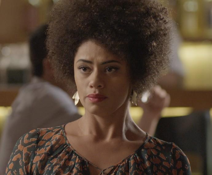 Carola revela a amiga que é apaixonada por Pedro (Foto: TV Globo)