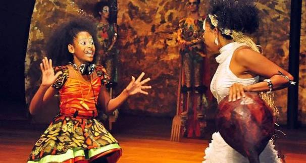 Embora direcionado para o público infantil, espetáculo discute questões como diferenças culturais e raciais (Foto: Divulgação)