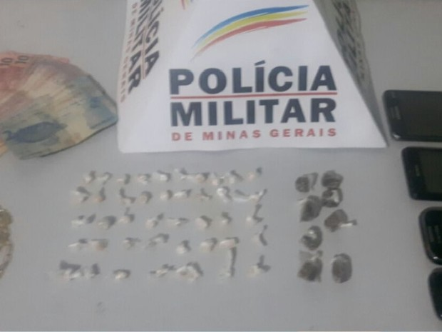 Durante apreensão do material, celular do suspeito tocou por das vezes com pedido de drogas (Foto: Polícia Militar/Divulgação)