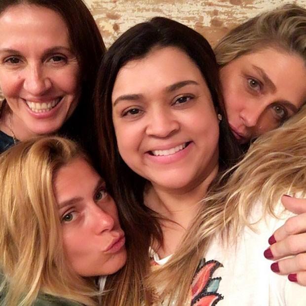 Flora Gil, Carolina Dieckmann, Preta Gil e Amora Mautner na casa da cantora na Zona Sul do Rio (Foto: Instagram/ Reprodução)