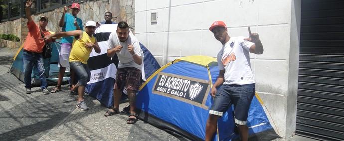 Torcedores já acampam na sede d o clube á espera da venda de ingressos  para a final da Copa do Brasil (Foto: Tayrane Corrêa)