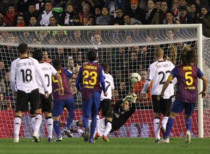 Diego Alves defende pênalti de Messi no Campeonato Espanhol (Foto: Lázaro de la Peña / VCF)