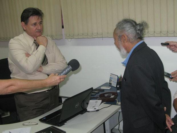 Delegado Márcio de Castro ouve Antonio Carlos Fon  (Foto: Roney Domingos/ G1 )