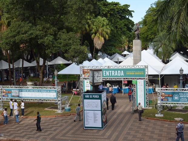 Sexta-feira (16) - Praça XV de Novembro é um dos palcos da Feira do Livro (Foto: Michel Montefeltro/G1)