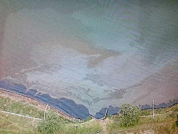 Mancha de óleo que atingiu o Lago Paranoá, em Brasília, na manhã desta sexta (Foto: Reprodução/TV Globo)