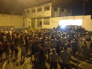 Eleitores ouvem discurso de vitória de Neilton Mulim (Foto: Isabela Marinho/ G1)