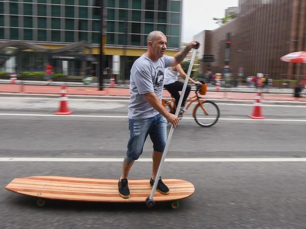 Paulistano pratica esporte na Avenida fechada para carros (Foto: Flávio Moraes/G1)