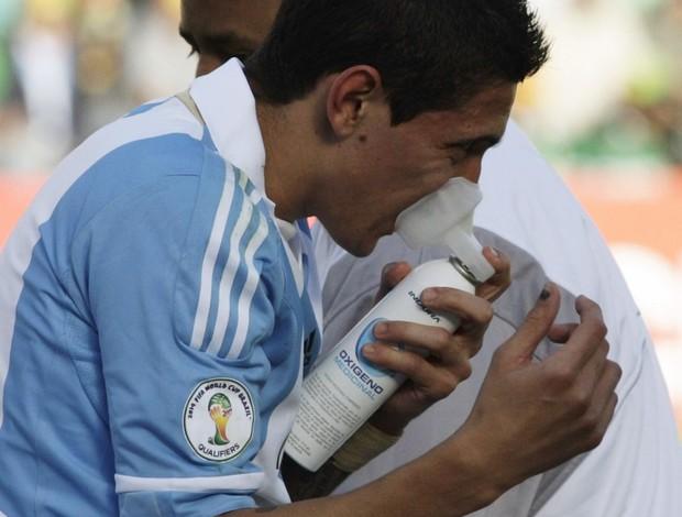 Di Maria com oxigênio na Bolíivia (Foto: Reuters)
