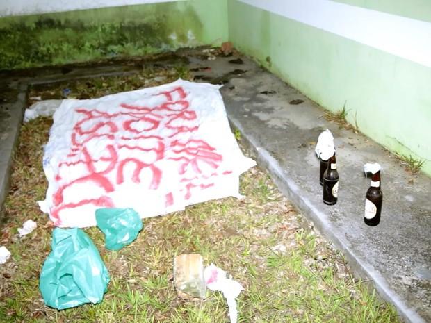 Faixa de facção foi deixada na biblioteca da cidade (Foto: Willian Andrade/ Rede Amazônica)