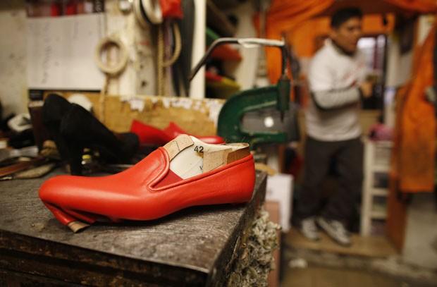 Sapato vermelho feito pelo sapateiro peruano (Foto: Tony Gentile/Reuters)
