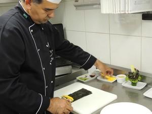 Passo a passo da salada vegana (Foto: Rafaella Fraga/G1)