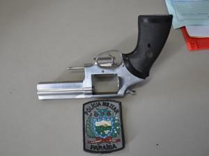 Com o agene penitenciário foi apreendido um revólver calibre 38 (Foto: Walter Paparazzo/G1)