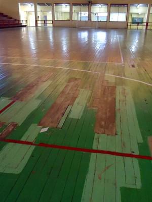 Goteiras e piso remendado representam riscos para atletas (Foto: Nathacha Albuquerque)
