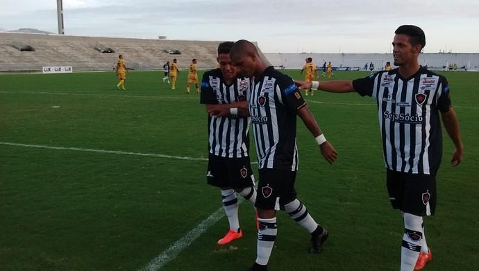 Comemoração do Botafogo-PB após gol de Muller Fernandes (Foto: Amauri Aquino/GloboEsporte.com/pb)