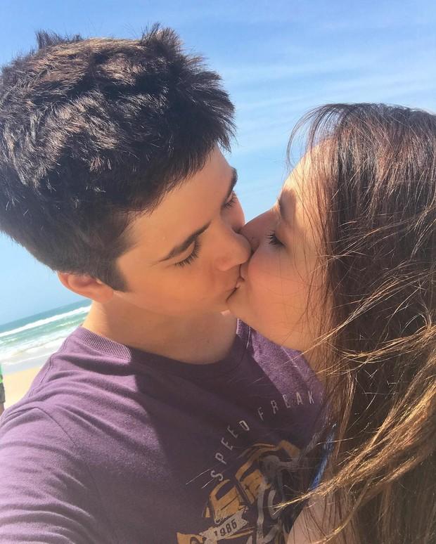 EGO - João Guilherme beija Larissa Manoela em intervalo de gravação ... ce04e2c782