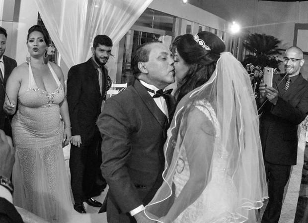 O beijo dos noivos Elis Nair e Luiz Carlos (Foto: Reprodução/Instagram)