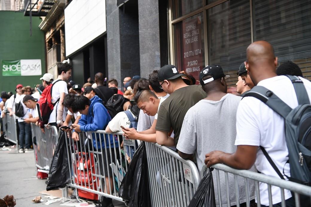 Fs formam vila para visitar loja de Kanye West em Nova York (Foto: Evan Agostini/Invision/AP)