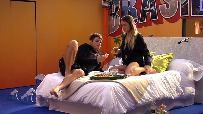 Casal curte a pizza que ganharam do reality (Foto: Telecinco)