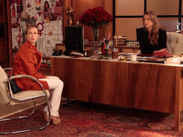Felipe chega e interrompe a conversa secreta de Juliana e Vânia (Foto: Guerra dos Sexos/ TV Globo)