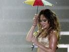 Debaixo de chuva, Jennifer Lopez faz show no Recife