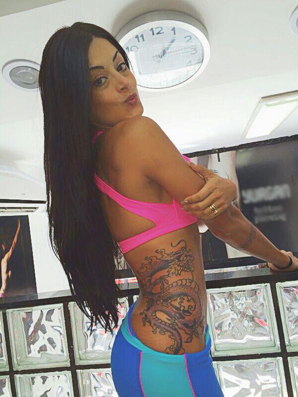 Aline Riscado retoca tatuagem (Foto: Arquivo Pessoal)