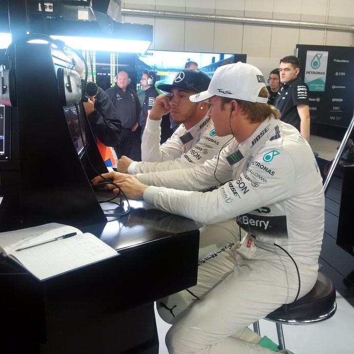 Lewis Hamilton e Nico Rosberg passaram a maior parte da atividade dentro dos boxes da Mercedes (Foto: Divulgação)