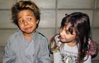 Tomás e Geytsa brincamnos bastidores (Foto: Meu Pedacinho de Chão/TV Globo)