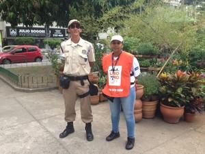 Dupla formada por fiscal e guarda municipal do programa Lixo Zero (Foto: Mariucha Machado/ G1)