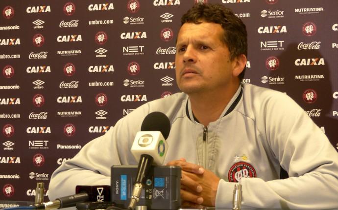 Claudinei Oliveira, técnico do Atlético-PR (Foto: Monique Silva)