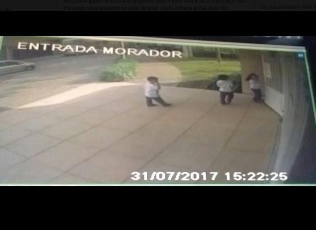 Câmeras de segurança do prédio de uma das crianças registrou o momento     (Foto: Reprodução/Facebook)