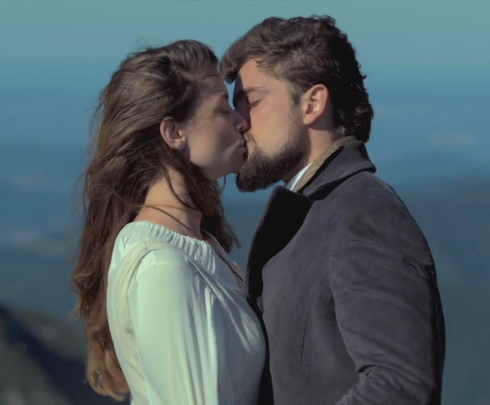 Felipe se declara e beija Lívia (Foto: TV Globo)