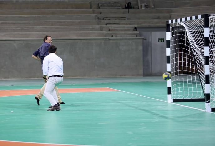 Eduardo Paes joga handebol Arena do Futuro Olimpíadas Rio 2016 (Foto: Beth Santos)