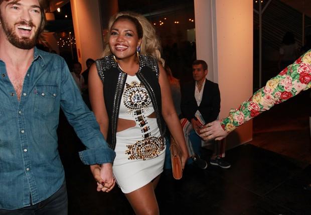 Gaby Amarantos com o namorado na SPFW (Foto: Celso Tavares / EGO)