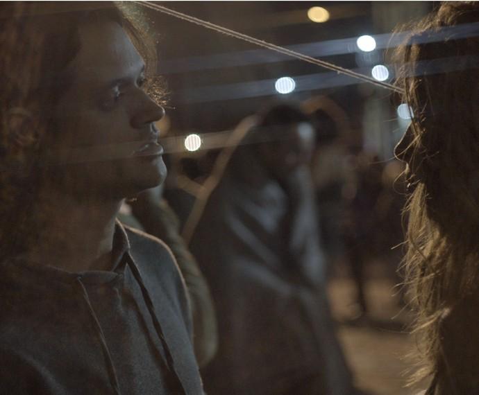 Emanuel aproveita o contato para tentar ajudar Larissa a sair da situação deplorável (Foto: TV Globo)