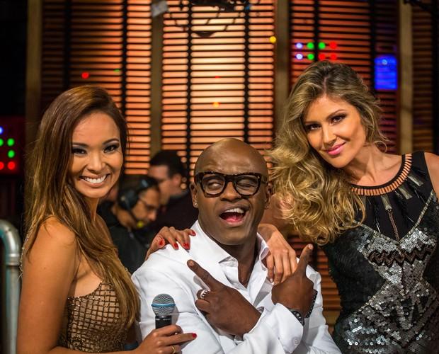 William Vorhees se diverte com Naka e Ellen (Foto: TV Globo/Paulo Belote)