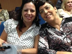 A diretora escolar Maria Aparecida Sarraipo (esq.) e a diretora regional de ensino de Taubaté Irani Auxiliadora da Silva estavam entre os 200 participantes do seminário (Foto: Ana Carolina Moreno/G1)