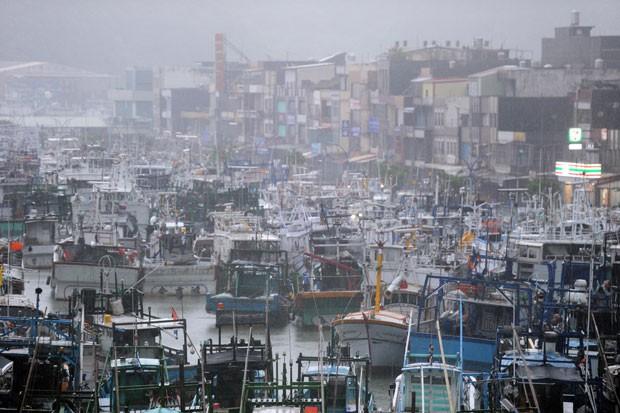 Barcos pesqueiros ficam presos em porto no condado de Ilan, leste de Taiwan, nesta quinta (2) (Foto: AFP)