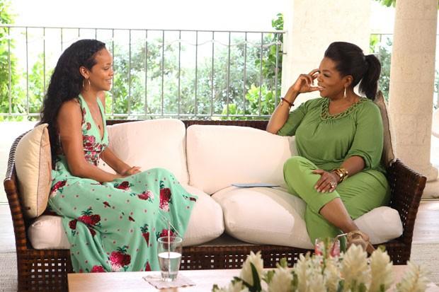 Em sua casa em Barbados, a cantora Rihanna concede entrevista a Oprah Winfrey; a conversa foi exibida neste domingo (19) (Foto: George Burns, Harpo Productions/AP)
