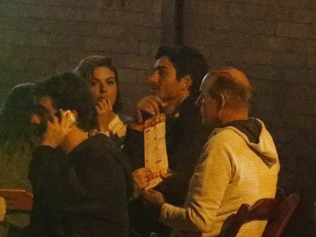 Isis Valverde e o namorado, André Resende, em bar na Zona Oeste do Rio (Foto: Dilson Silva/ Ag. News)