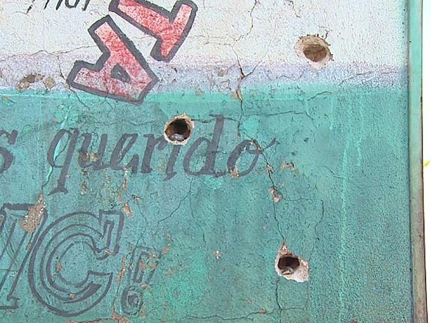 Parede do bar na Vila Elisa com marcas de tiros (Foto: Sebastião Elias/EPTV)